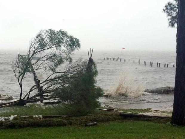 Furacão Hermine já chegou à costa da Flórida e ameaça moradores