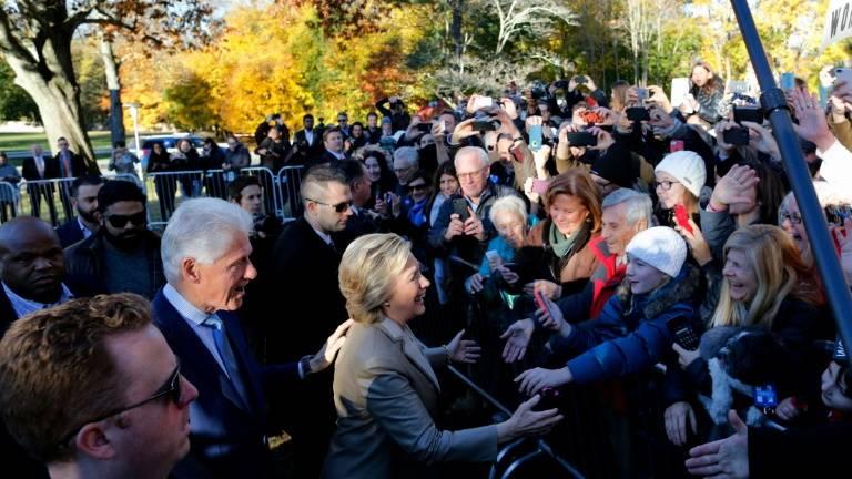 Casal Clinton cumprimenta eleitores em New York