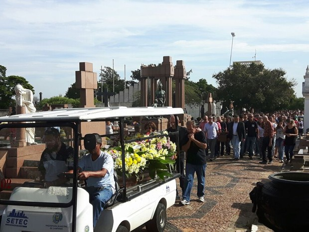 Vítimas foram enterradas na manhã de segunda-feira FOTO: Murilo Gomes G1