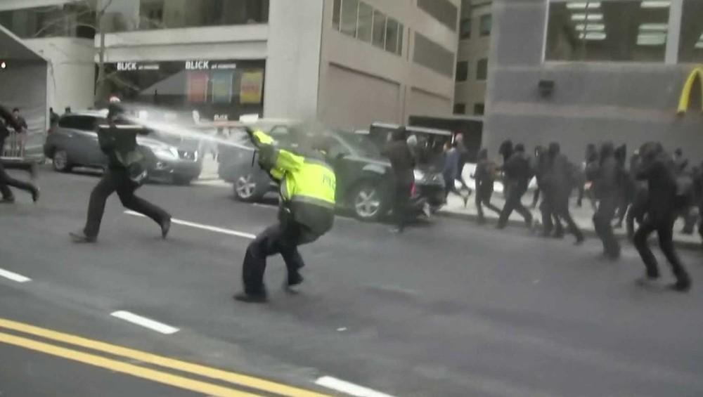 Polícia joga spray de pimenta nos manifestantes