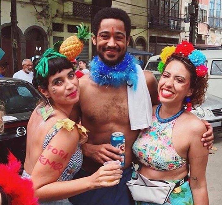 Alfred Enoch badalou por bloquinhos no Rio