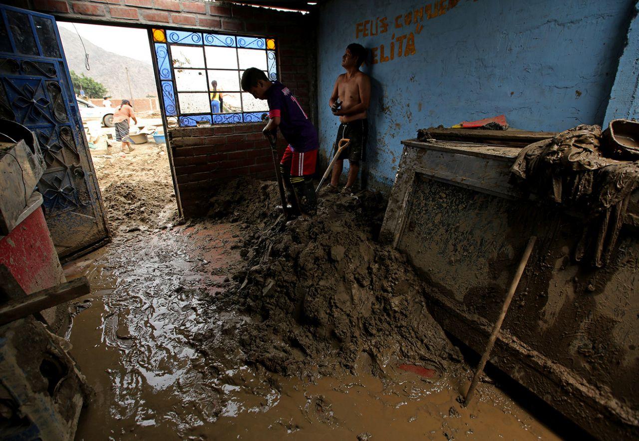 Peruanos sofrem com as enchentes causadas pelo El Niño