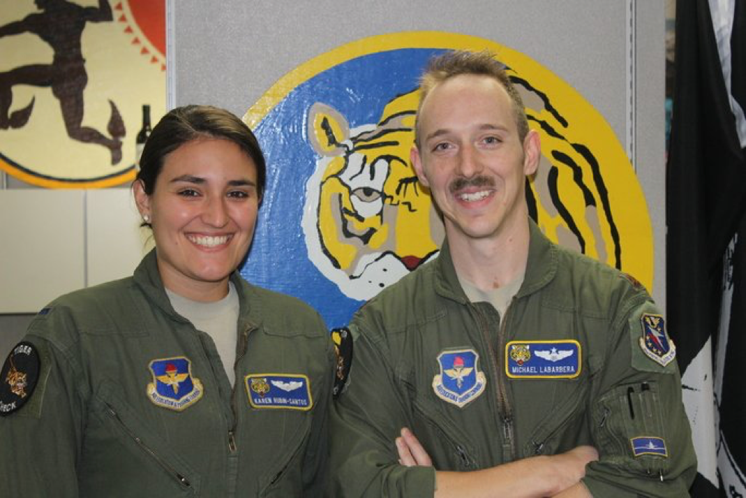 """Major da Força Aérea dos EUA, Michael James Labarbera (dir), supervisor de Boomin', diz que uma palavra que define Karen bem é """"excelência"""""""