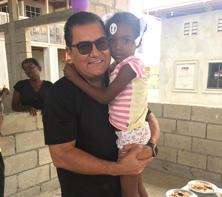 Silair com menina do orfanato Mango Tree, sustentado pelo projeto Global Assistance Foundation