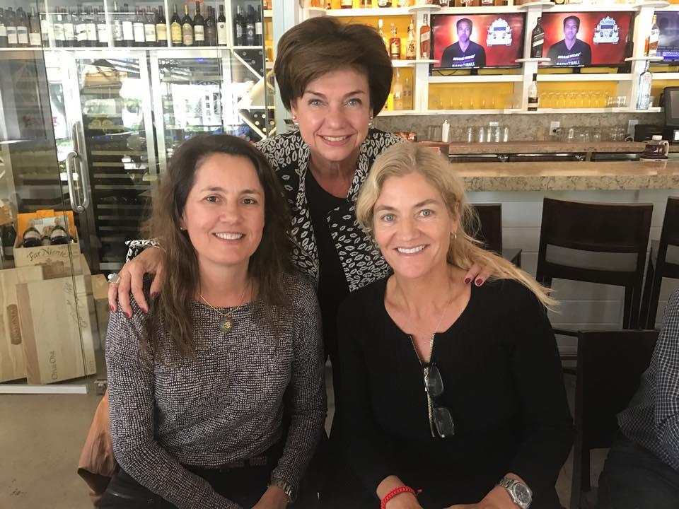 Com Viviane Spinelli (diretora do Brazilian Film Festival of Miami) e Tanira Damasceno Ferreira. Em 2017, o CCBU tem promovido almoços mensais com personagens relevantes na promoção da cultura brasileira na Flórida, que contam suas histórias nos encontros