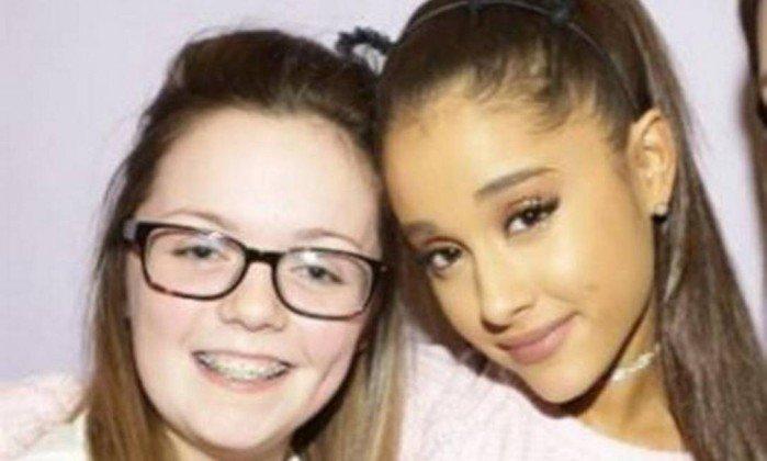 Georgina posa ao lado de Ariana Grande em foto de 2015