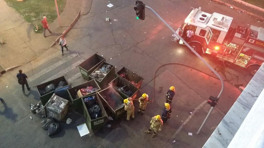 Polícia apaga fogo nas lixeiras próximo a rodoviária do Plano Alto - Foto Marilia Marques