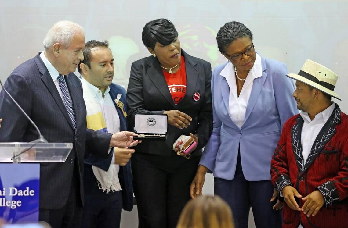 Prefeito Tomás Regalado entrega as chaves da cidade a um imigrante da Guatemala em solidariedade ao movimento