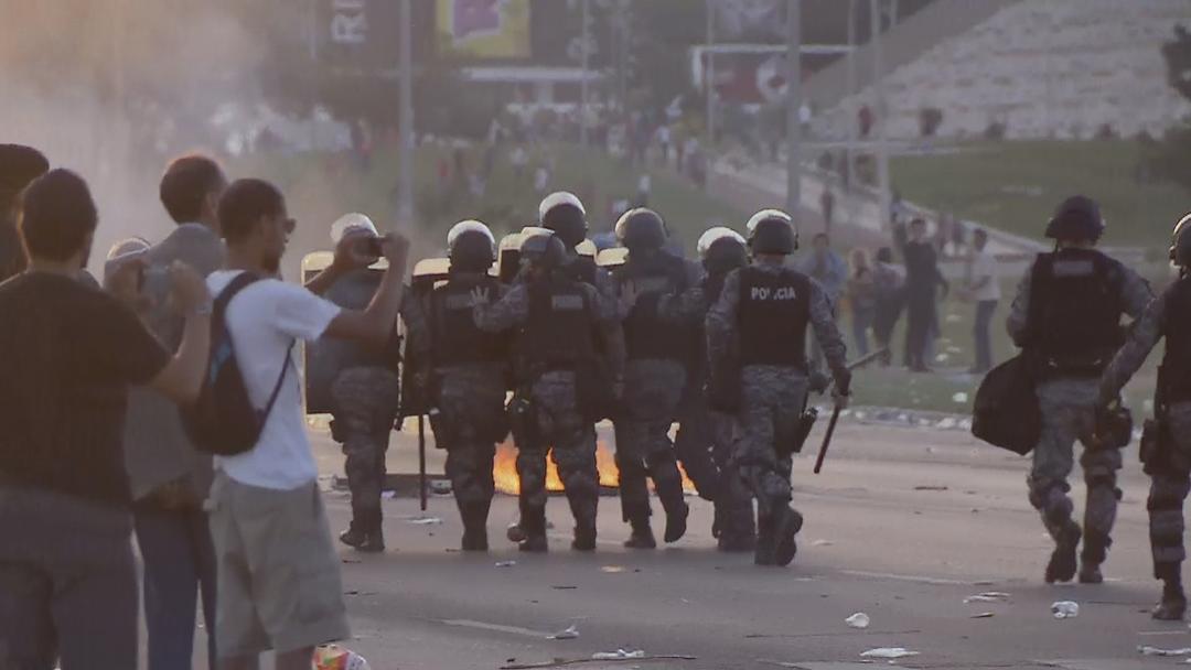 Tropa de choque tenta dispersar manifestantes