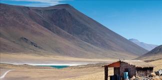 Vista estonteante de uma das partes dos Lagos Altiplanos, no deserto de Atacama, no norte do Chile, local muito procurado por turistas de todo o mundo