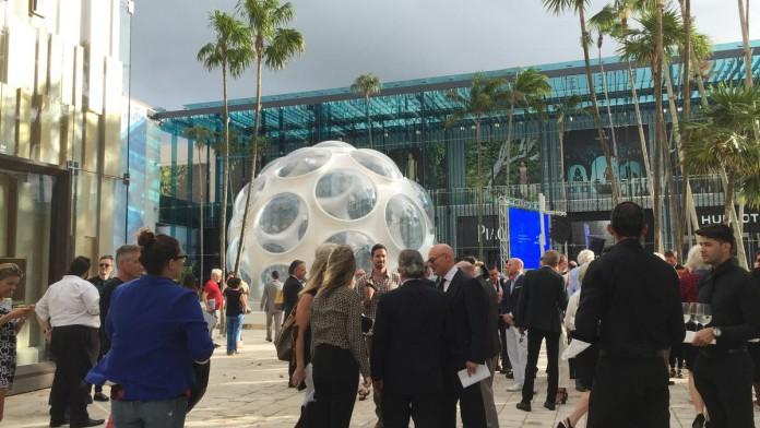 Visitantes no sofisticado Design District de Miami, cidade que registra grande disparidade entre salários pagos e custo de vida