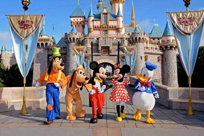 Park da Disney com seus personagens clássicos
