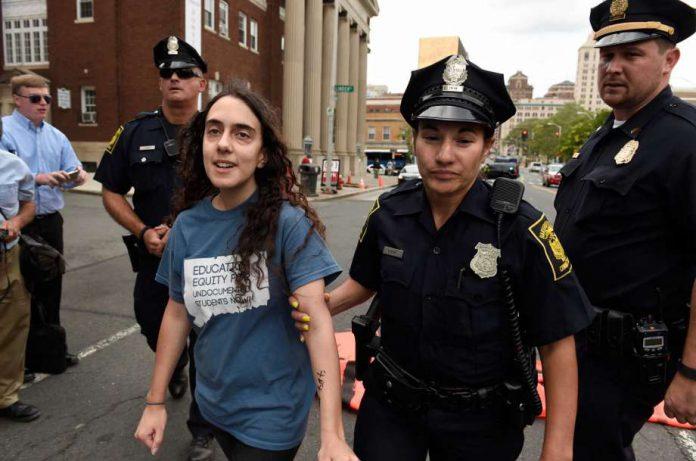 Camila Bortolleto foi detida durante uma manifestação contra o empate na Corte Suprema