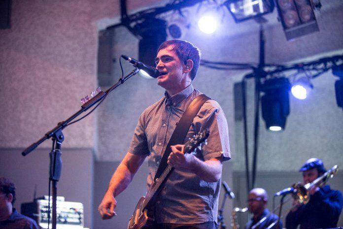 Samuel Rosa, vocalista do Skank, dá um show