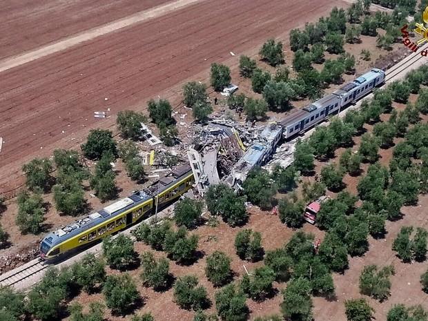 Trens colidiram de frente nesta terça-feira (12) no sul da Itália