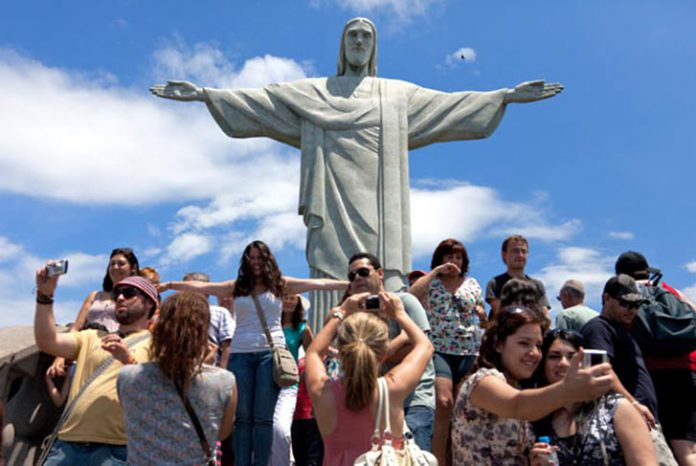 Turistas no Corcovado, no Rio, cidade brasileira mais visitada por viajantes internacionais
