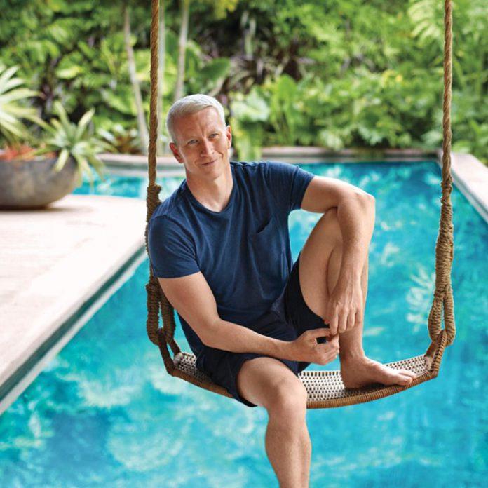 Anderson Cooper em frente à piscina de sua casa em Trancoso, na Bahia