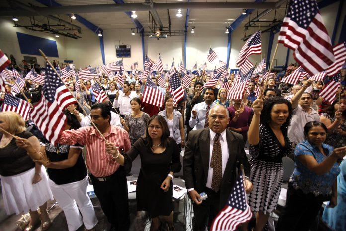 Novos cidadãos americanos comemoram FOTO: AP