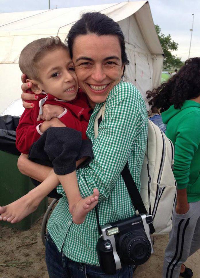 A brasileira Alessandra Luiza de Morais, a Lelé, resolveu deixar por um ano sua vida em New York para divertir filhos de refugiados pelo mundo