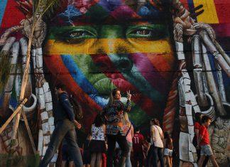 No Rio, gigantesco mural virou parada obrigatoria para fotos e selfies de turistas