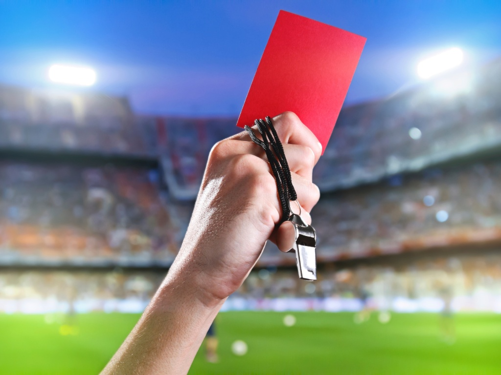 juiz-de-futebol-cartao-vermelho-apito | AcheiUSA