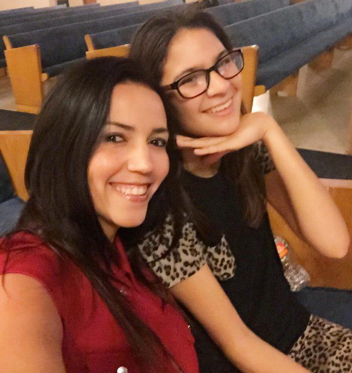 Débora e a filha Tiffany que ela adotou este ano