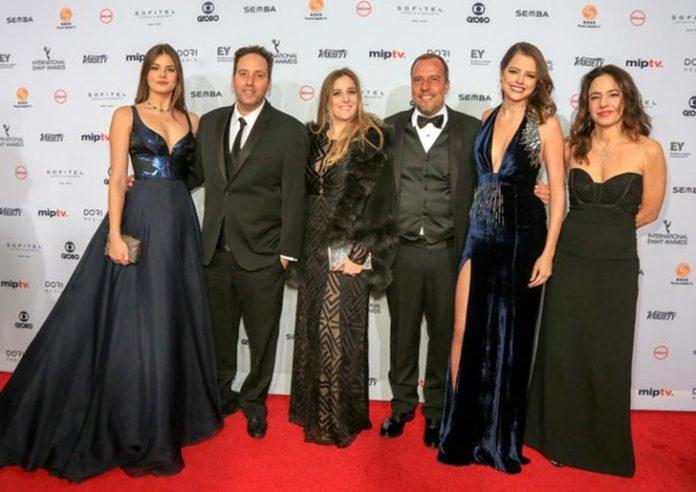 Elenco de Verdades Secretas no tapete vermelho do Emmy (Foto: Luiz C. Ribeiro)