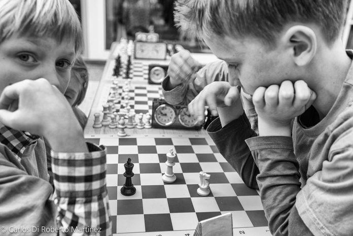 Meninos participando no Torneio de Xadrez, Dresden, Alemanha