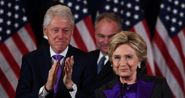 Hillary ao lado do marido Bill Clinton em pronunciamento após a derrota