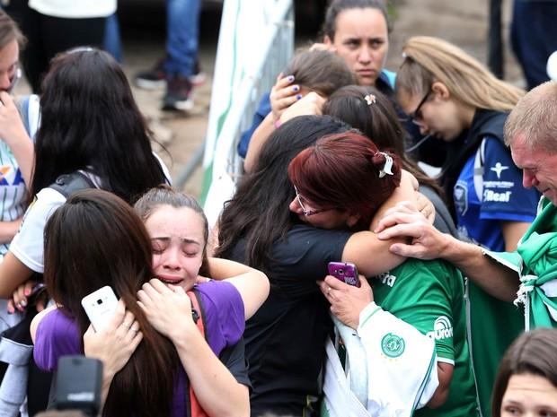Parentes choram a morte de jogadores da Chapecoense