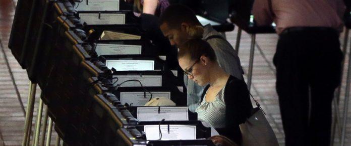 Eleitores comparecem para votar na Flórida