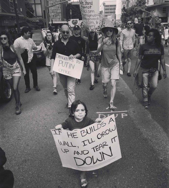Kaio Pinho em protesto contra Trump