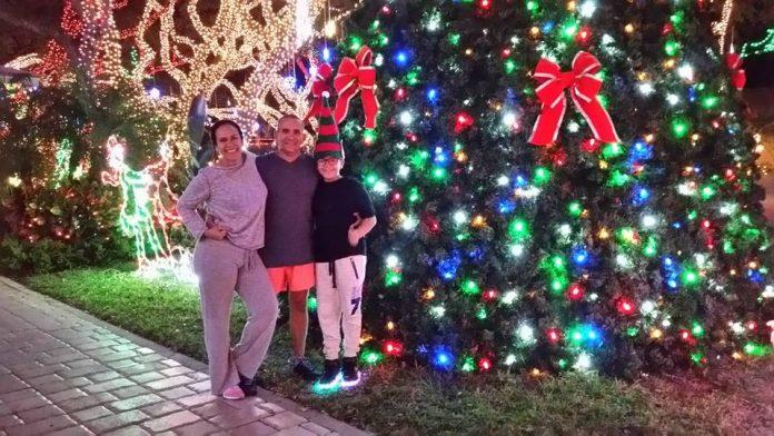 A leitora Ana Gomes junto com o marido Ricardo de Britto e o filho Ricky
