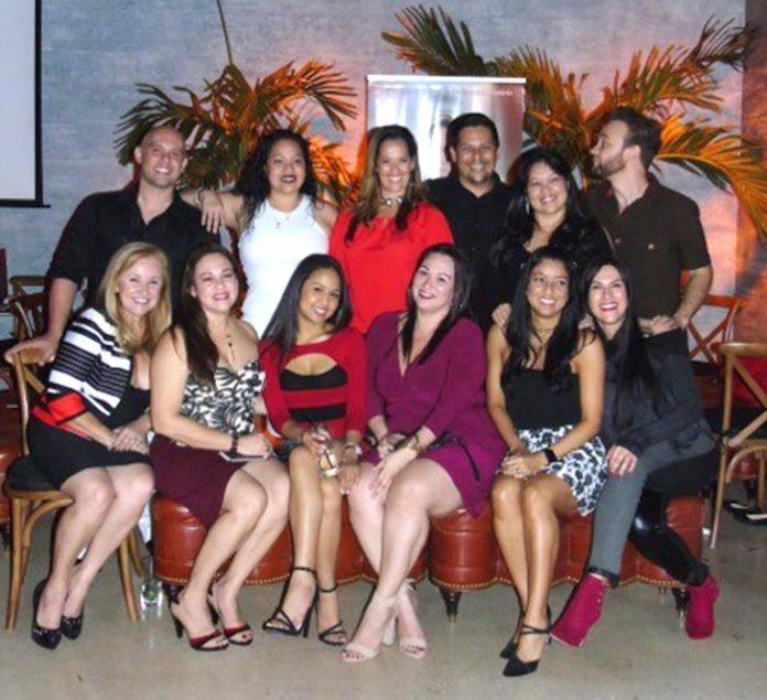 Mário e a dra. Daniela Modesto (centro, em pé) posam com equipe