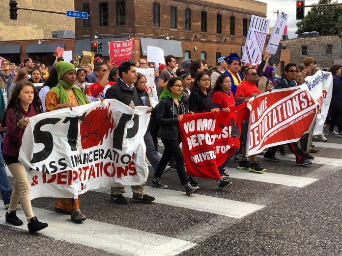 Manifestantes contra as deportações (Foto: Daily Chalkupy/Flickr)