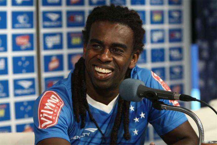 Tinga começou a carreira em 1997, no Grêmio, e teve passagens por clubes do Japão, Portugal e Alemanha
