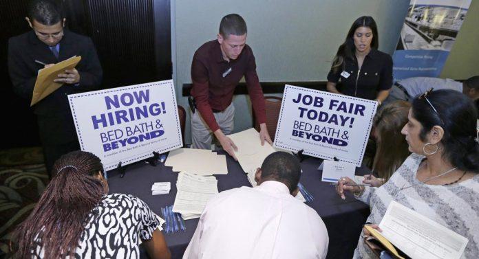 Nos Estados Unidos, foram abertas 216 mil vagas de emprego em novembro, 24% a mais que em novembro de 2015