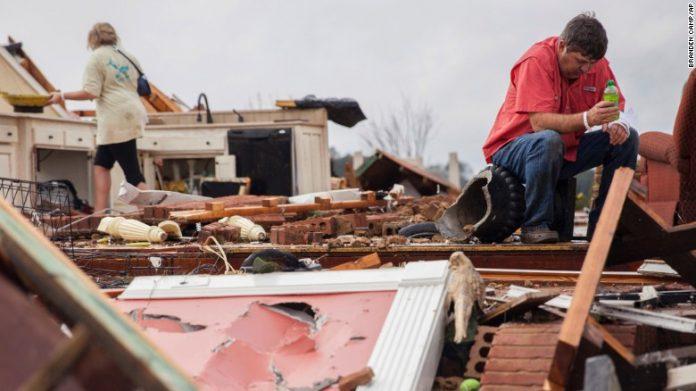 Tornados causaram estragos e causaram mortes no Sudeste do EUA