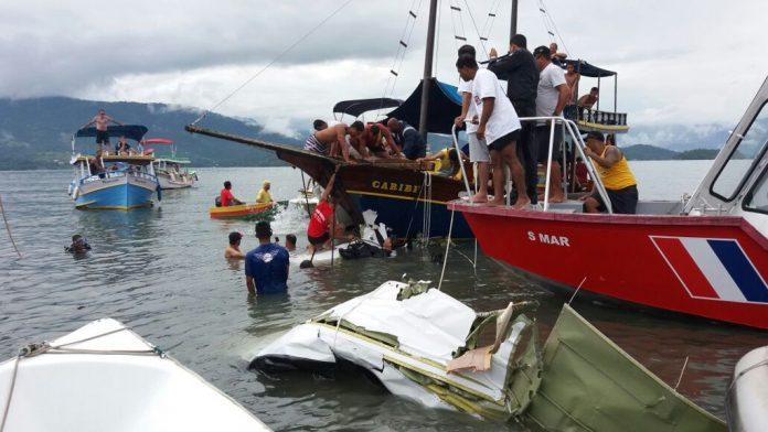 Equipes dos Bombeiros trabalham na retirada do avião do mar em Paraty, no Rio de Janeiro (Foto Divulgação/Anjos da Guarda Fast)