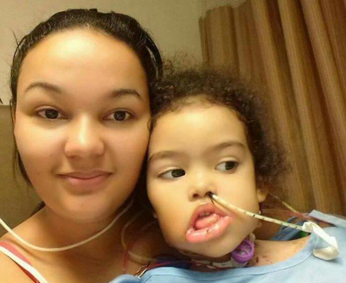 Carol e a filha Mel livre do tumor de 2,5kg