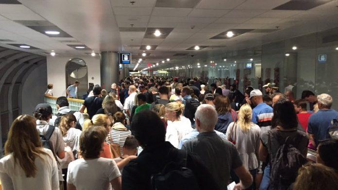 Passageiros de voos internacionais viveram um pesadelo no início da noite de ontem nos aeroportos