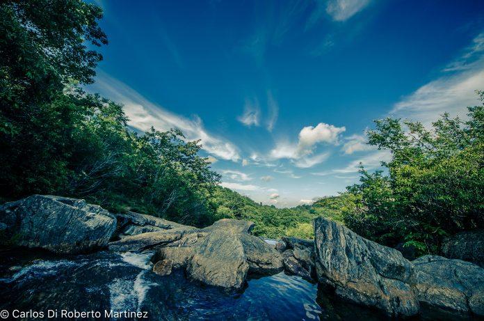 Riacho ao lado da Rodovia Panorâmica Blue Ridge, Carolina do Norte