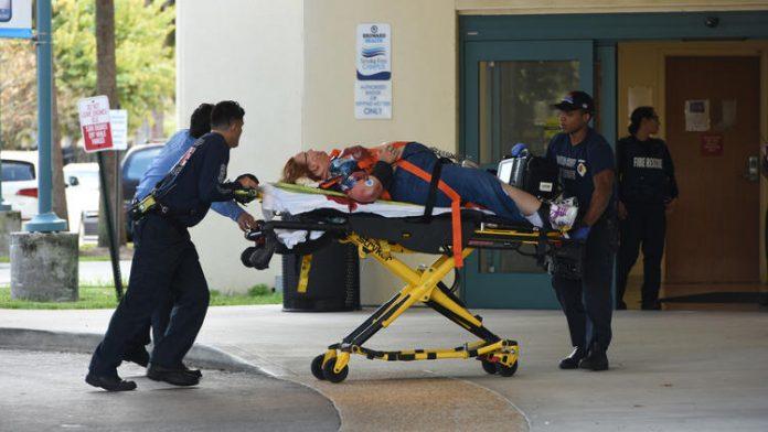 Feridos foram transportados para o hospital FOTO: Taimy Alvarez, SunSentinel
