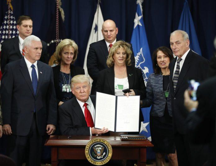 Trump assina ordem executiva para construção do muro