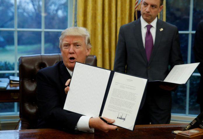 Trump exibe documento que retira EUA do TPP