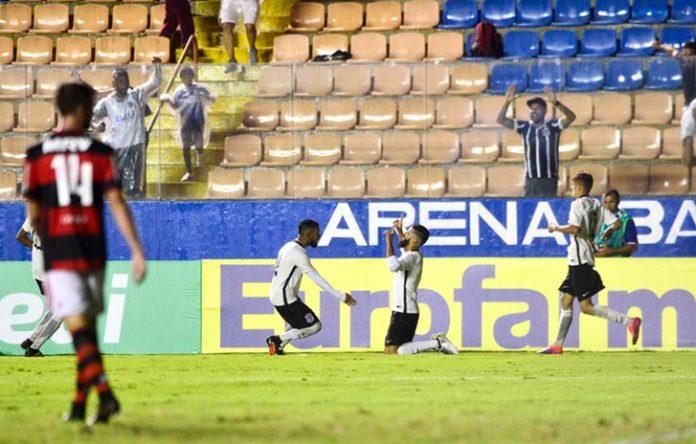 Vinícius Del'Amore, de joelhos, comemora gol da virada do Corinthians sobre o Flamengo (Foto: Marcos Ribolli)