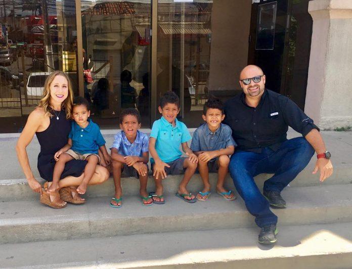 Brandon e Jennifer Pratt com Leandro, Cristiano, Enzo e William