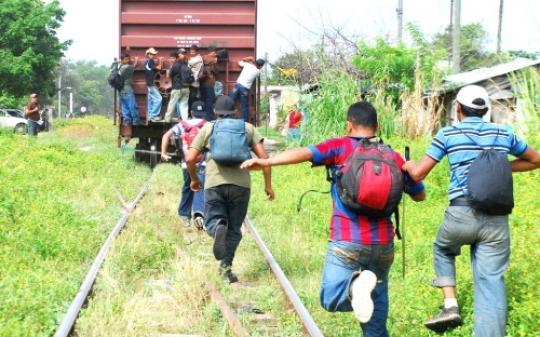 Imigrantes tentando atravessar a fronteira no sudoeste dos EUA