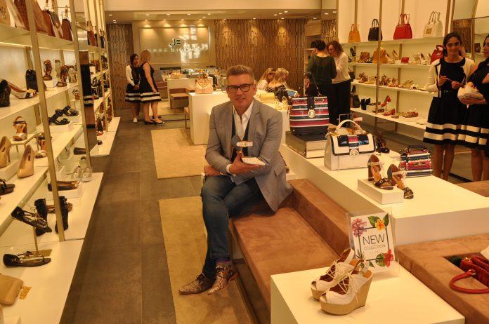 Jorge Bischoff em sua loja recém-inaugurada em Miami