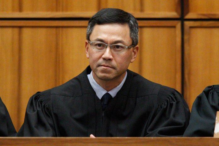 Juiz Derrick Watson reforça bloqueio a decreto de Trump contra imigração